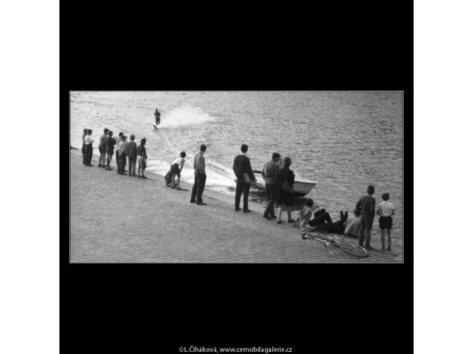 Lidé sledují vodního lyžaře (2440-2), žánry - Praha 1963 září, černobílý obraz, stará fotografie, prodej