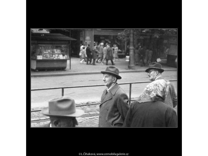 Lidé na tram stanici (2440-4), žánry - Praha 1963 září, černobílý obraz, stará fotografie, prodej
