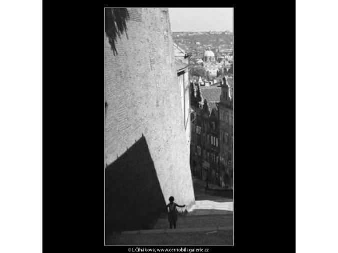 Děvče se švihadlem (2441), žánry - Praha 1963 září, černobílý obraz, stará fotografie, prodej