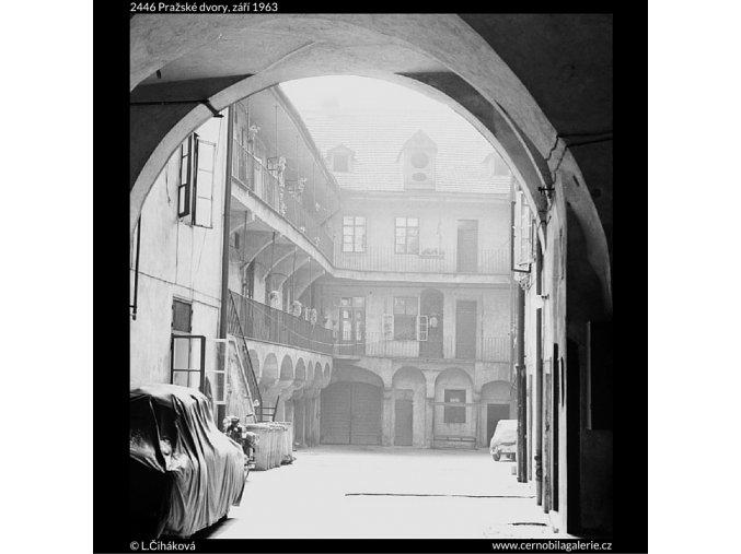Pražské dvory (2446), Praha 1963 září, černobílý obraz, stará fotografie, prodej