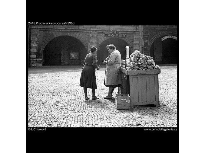Prodavačka ovoce (2448), žánry - Praha 1963 září, černobílý obraz, stará fotografie, prodej