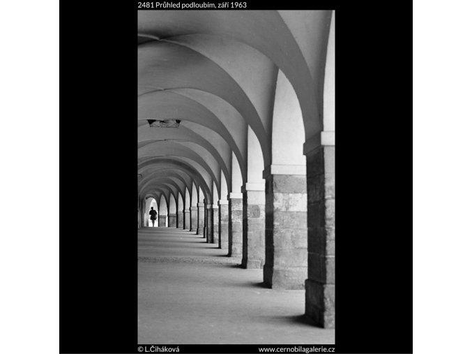 Průhled podloubím (2481), Praha 1963 září, černobílý obraz, stará fotografie, prodej