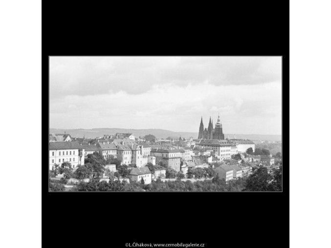 Střechy Úvozu a Pražský hrad (2483-3), Praha 1963 září, černobílý obraz, stará fotografie, prodej