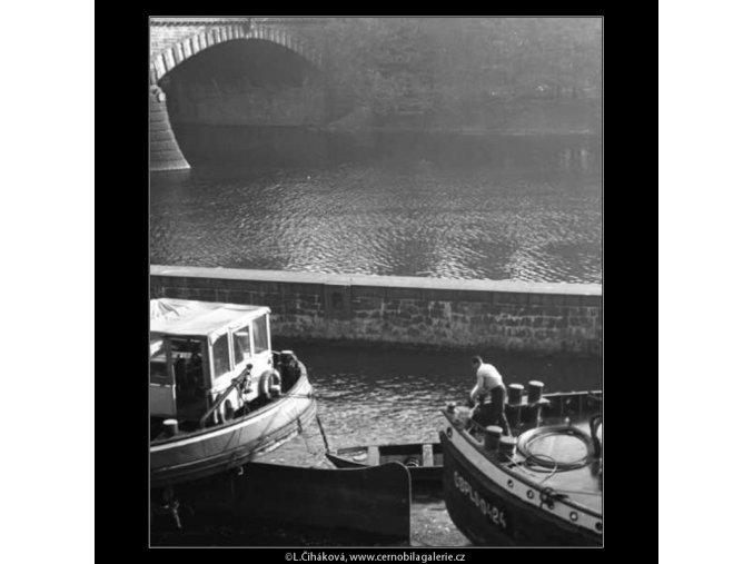 Prázdné říční čluny (2514-2), žánry - Praha 1963 říjen, černobílý obraz, stará fotografie, prodej