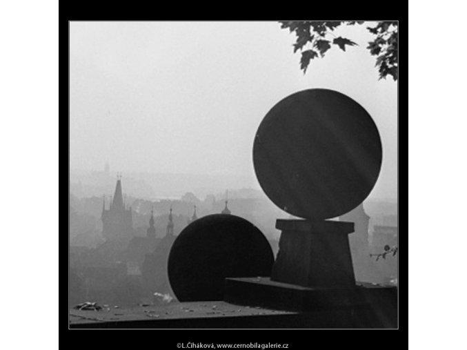 Koule na zídce (2515-1), Praha 1963 říjen, černobílý obraz, stará fotografie, prodej