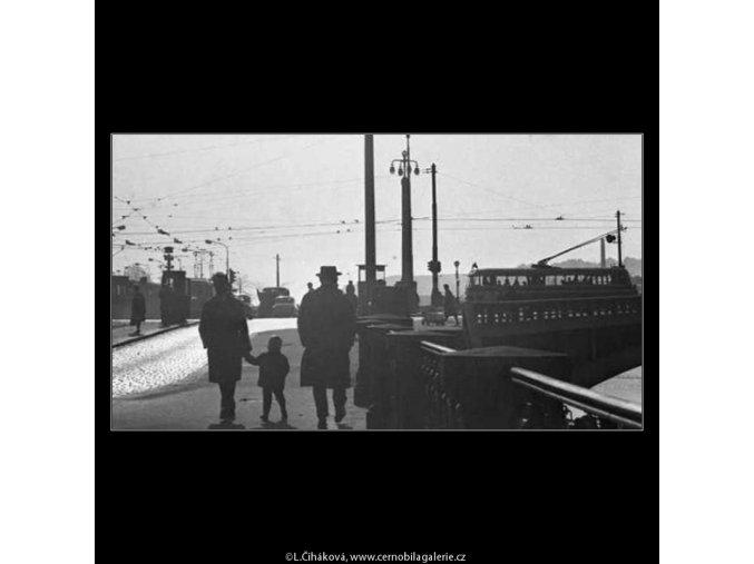 Lidé u Jiráskova mostu (2560-3), žánry - Praha 1963 , černobílý obraz, stará fotografie, prodej