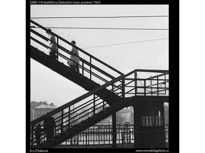 Schodiště na Železniční most (2580-1), žánry - Praha 1963 prosinec, černobílý obraz, stará fotografie, prodej