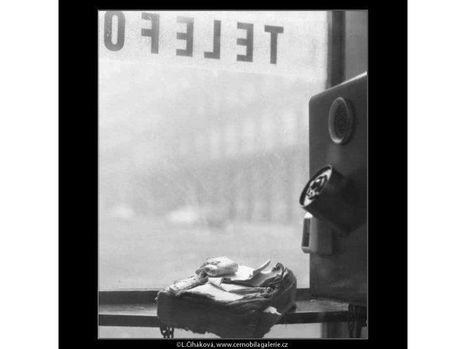Seznam v telefonní budce (2615), žánry - Praha 1963 prosinec, černobílý obraz, stará fotografie, prodej