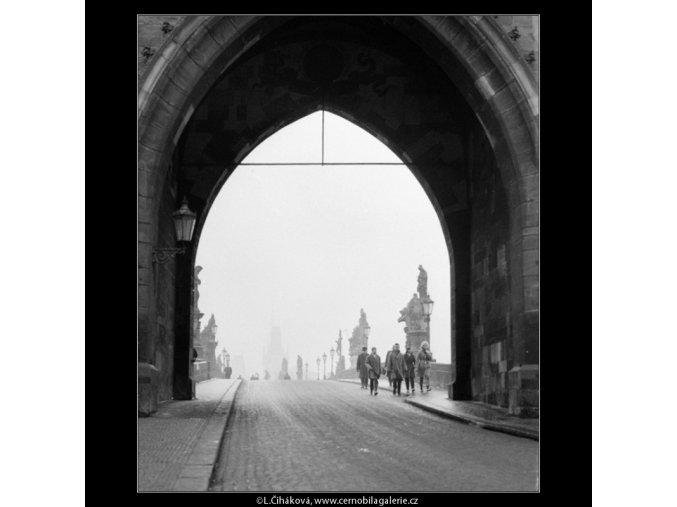 Průhled novoměstskou věží (2619-2), Praha 1963 prosinec, černobílý obraz, stará fotografie, prodej