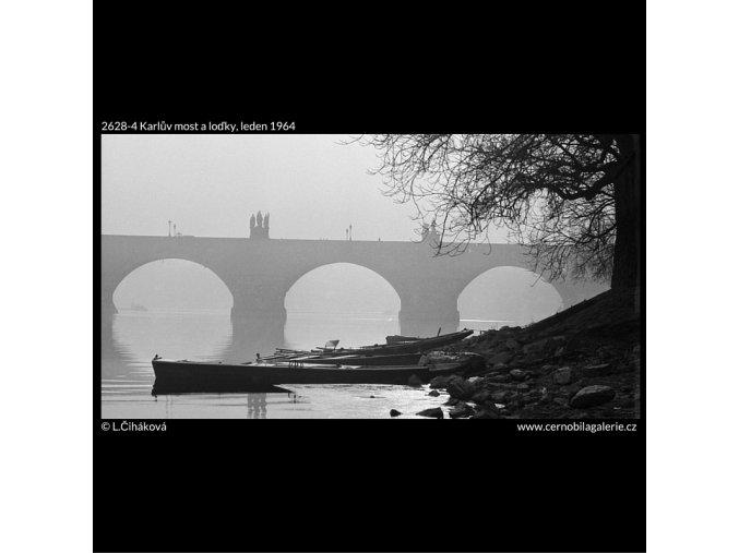 Karlův most a loďky (2628-4), Praha 1964 leden, černobílý obraz, stará fotografie, prodej