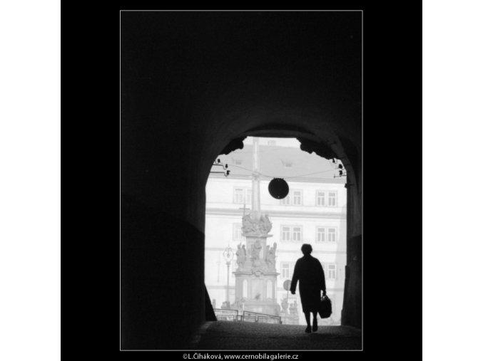 Průhled průchodem (2696), Praha 1964 únor, černobílý obraz, stará fotografie, prodej