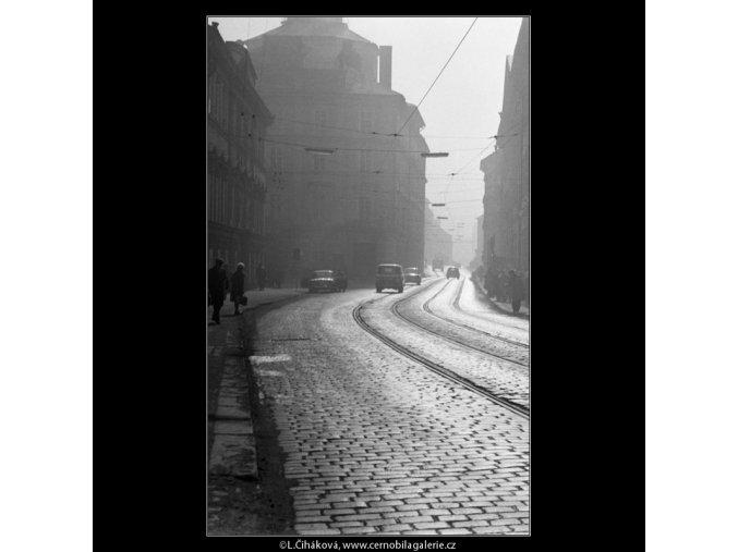Karmelitská ul. v poledne (2709-1), Praha 1964 únor, černobílý obraz, stará fotografie, prodej