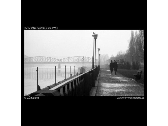 Na nábřeží (2717-2), Praha 1964 únor, černobílý obraz, stará fotografie, prodej