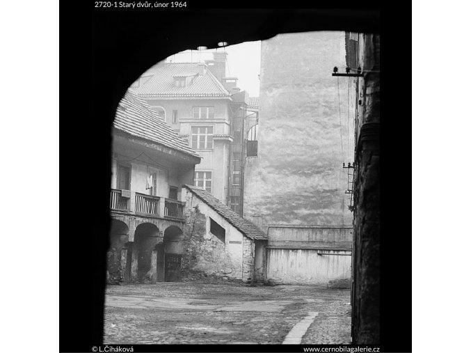 Starý dvůr (2720-1), Praha 1964 únor, černobílý obraz, stará fotografie, prodej