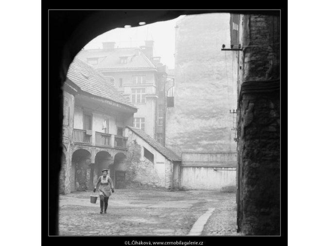 Starý dvůr (2720-2), Praha 1964 únor, černobílý obraz, stará fotografie, prodej