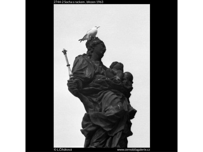 Socha s rackem (2744-2), Praha 1963 březen, černobílý obraz, stará fotografie, prodej