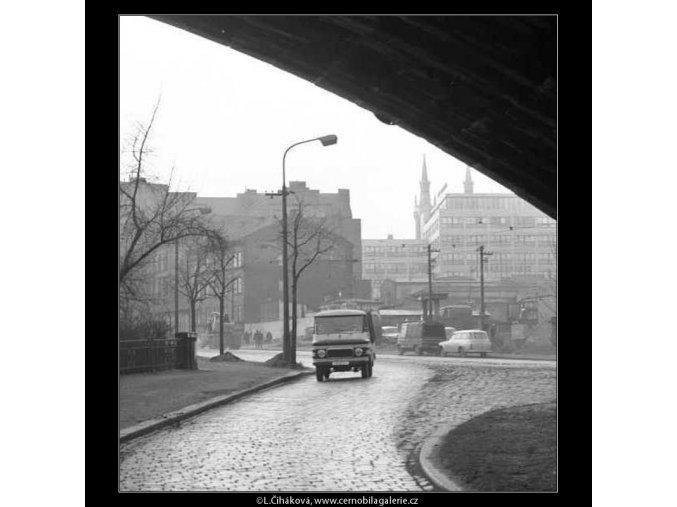Pod viaduktem (2764-3), žánry - Praha 1964 březen, černobílý obraz, stará fotografie, prodej
