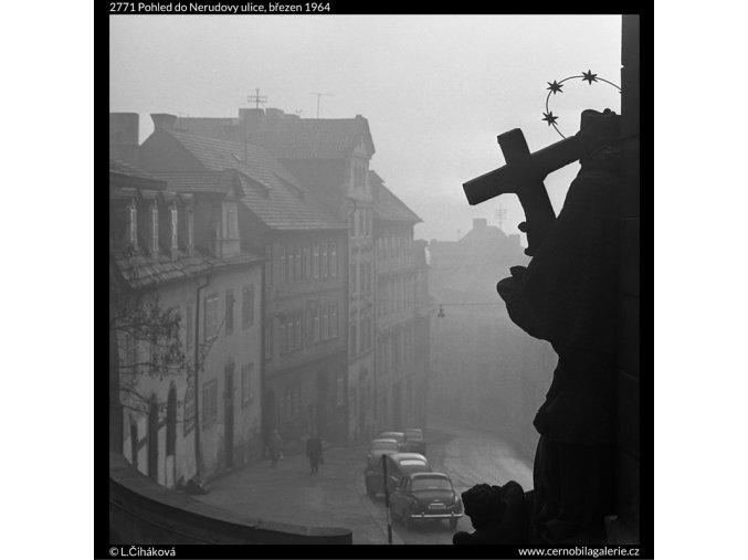 Pohled do Nerudovy ulice (2771), Praha 1964 březen, černobílý obraz, stará fotografie, prodej