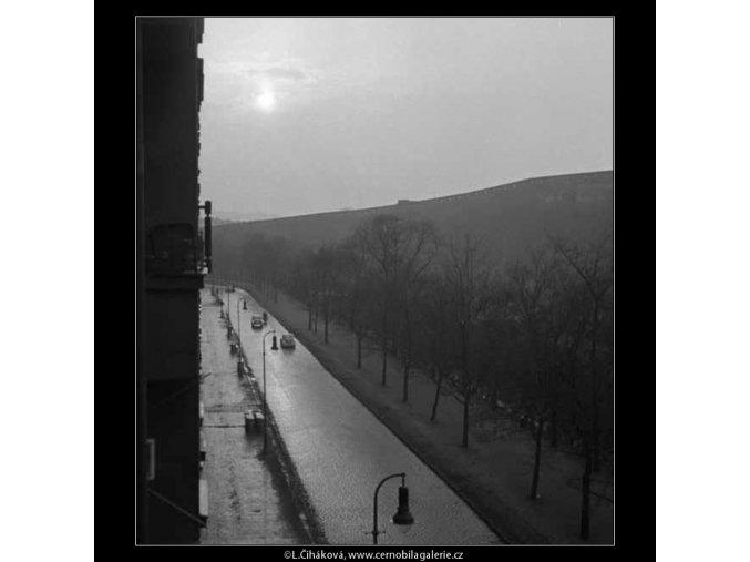 Vozovka a lucerny (2790-2B), žánry - Praha 1964 duben, černobílý obraz, stará fotografie, prodej