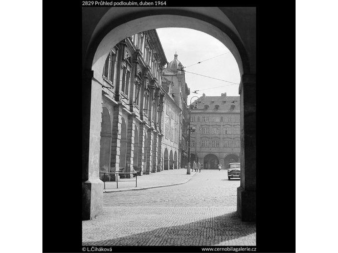 Průhled podloubím (2829), Praha 1964 duben, černobílý obraz, stará fotografie, prodej