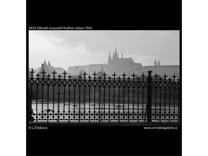 Zábradlí na pozadí Hradčan (2832), Praha 1964 duben, černobílý obraz, stará fotografie, prodej