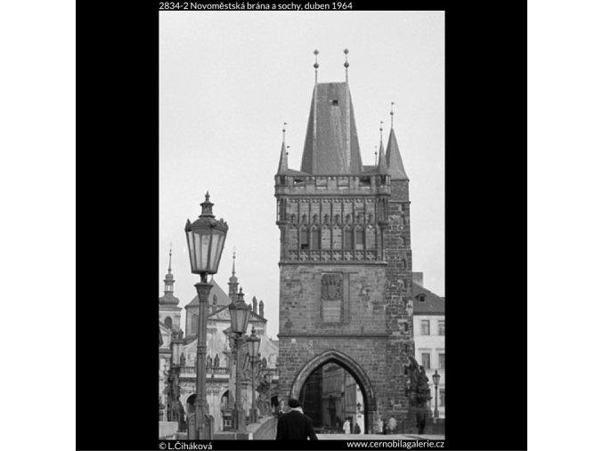 Novoměstská brána a sochy (2834-2), Praha 1964 duben, černobílý obraz, stará fotografie, prodej