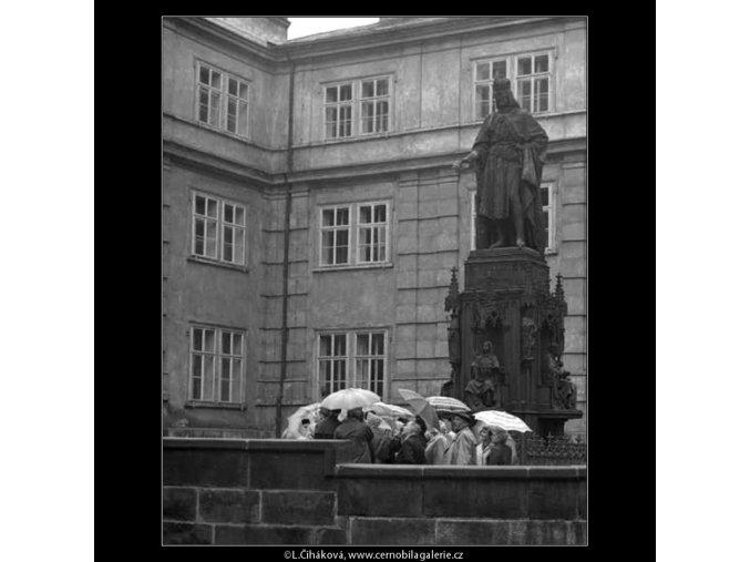 Turisté s deštníky (2837), žánry - Praha 1964 duben, černobílý obraz, stará fotografie, prodej