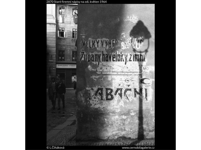 Staré firemní nápisy na zdi (2870), žánry - Praha 1964 květen, černobílý obraz, stará fotografie, prodej
