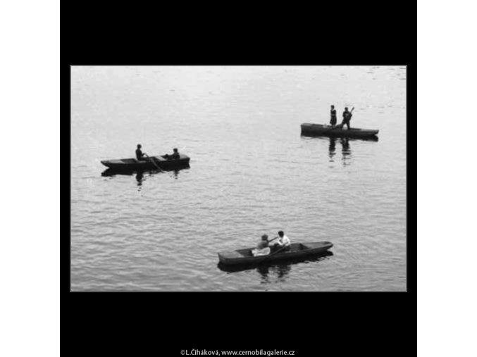 Loďky na Vltavě (2874), žánry - Praha 1964 červen, černobílý obraz, stará fotografie, prodej