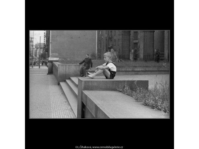 Sedící na schodech (2936), žánry - Praha 1964 květen, černobílý obraz, stará fotografie, prodej