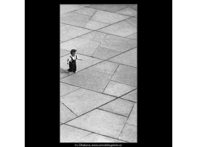 Dítě a dlažba (2937), žánry - Praha 1964 květen, černobílý obraz, stará fotografie, prodej