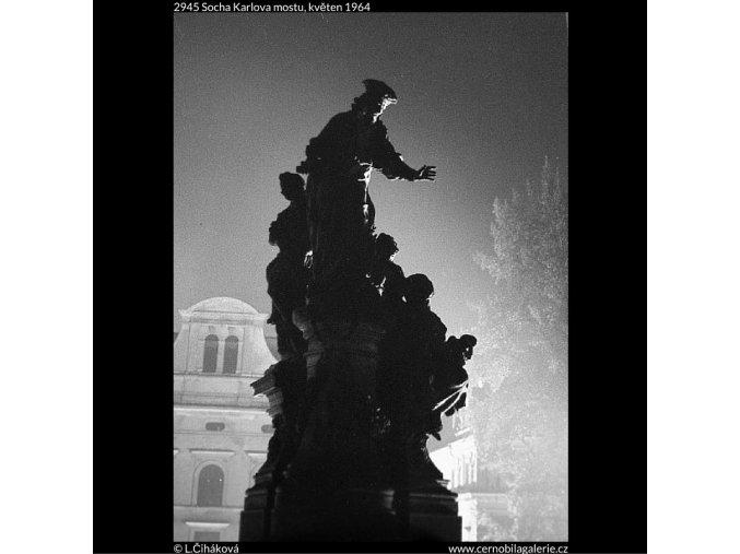 Socha Karlova mostu (2945), Praha 1964 květen, černobílý obraz, stará fotografie, prodej