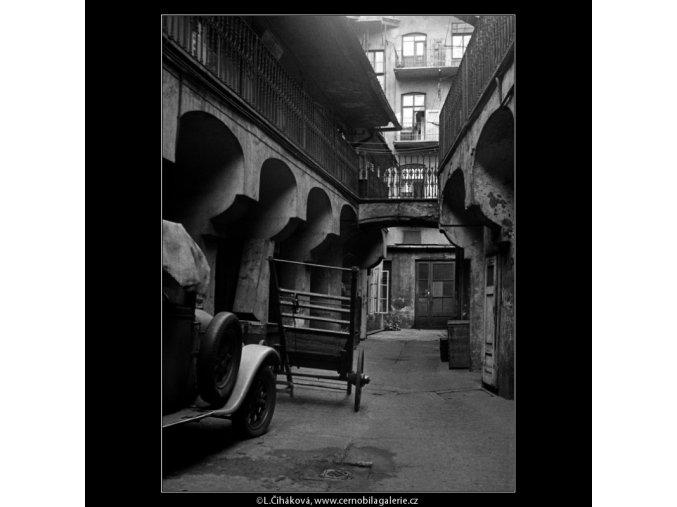Dvůr staropražský s pavlačemi (228), Praha 1959 srpen, černobílý obraz, stará fotografie, prodej
