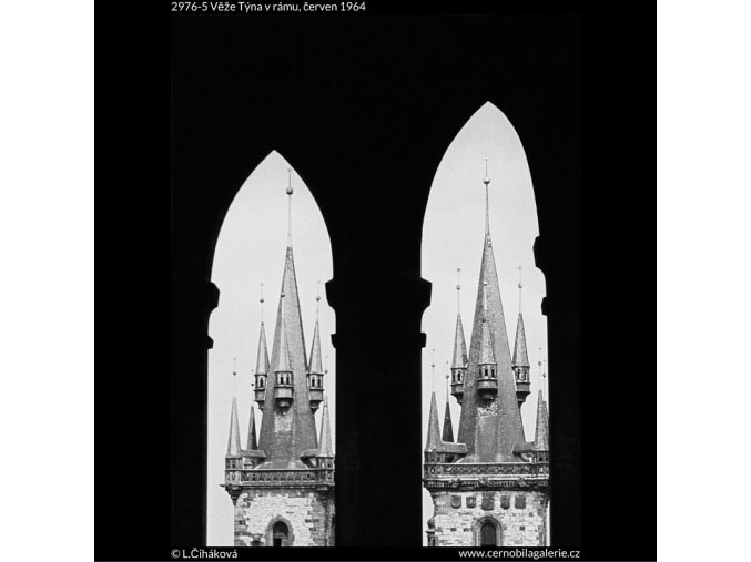 Věže Týna v rámu (2976-5), Praha 1964 červen, černobílý obraz, stará fotografie, prodej