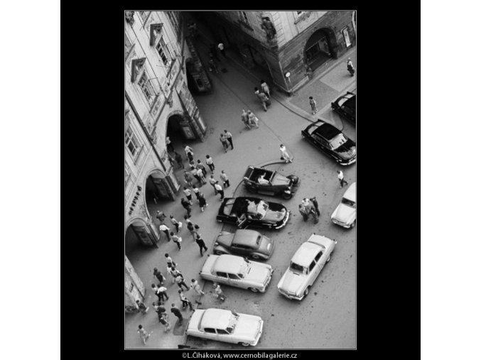 Auta na Staroměstském náměstí (2976-10), Praha 1964 červen, černobílý obraz, stará fotografie, prodej