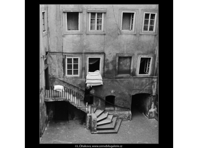 Nádvoří domu (2986-3), Praha 1964 červen, černobílý obraz, stará fotografie, prodej