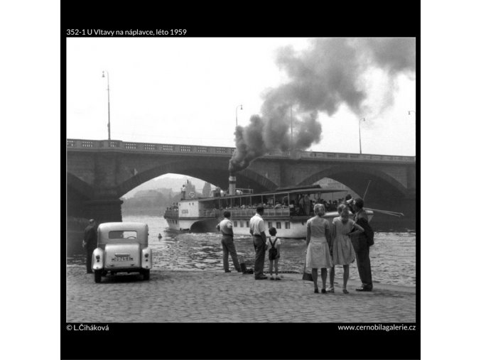 U Vltavy na náplavce (352-1), Praha 1959 léto, černobílý obraz, stará fotografie, prodej