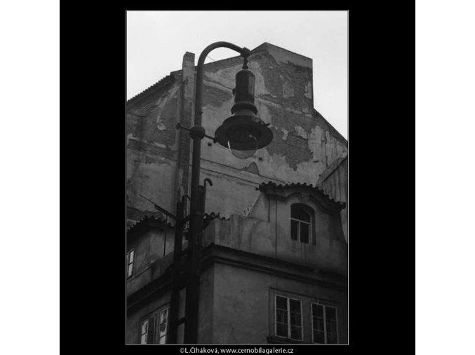 Oprýskaná stěna domu (3037), žánry - Praha 1964 červen, černobílý obraz, stará fotografie, prodej