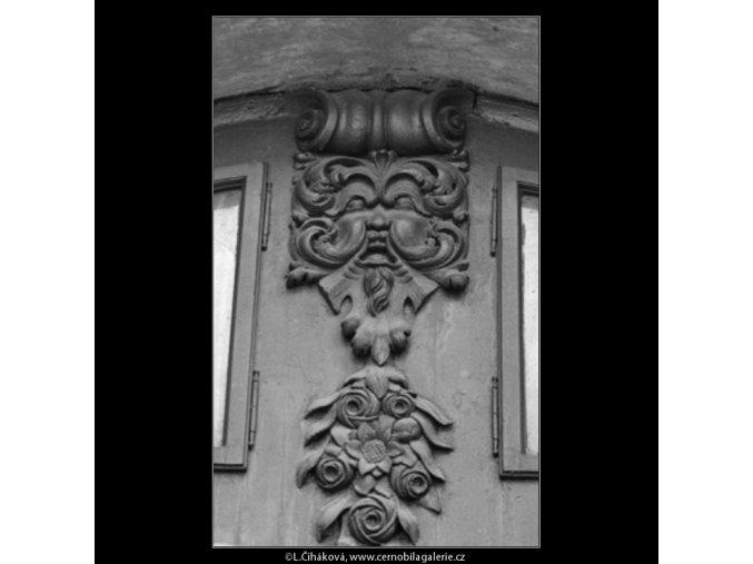 Ozdoba nade dveřmi (3057), Praha 1964 červenec, černobílý obraz, stará fotografie, prodej