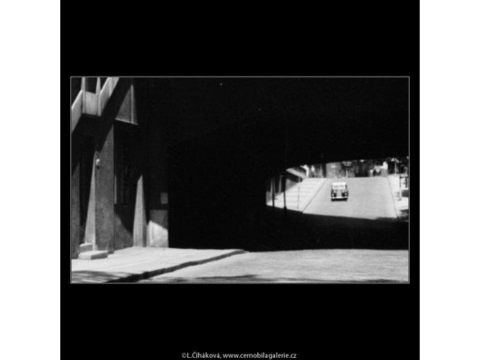 Podjezd (3084), Praha 1964 červenec, černobílý obraz, stará fotografie, prodej
