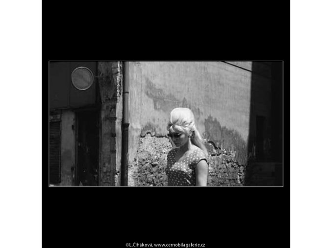 Zamyšlená dívka (3077), žánry - Praha 1964 červenec, černobílý obraz, stará fotografie, prodej