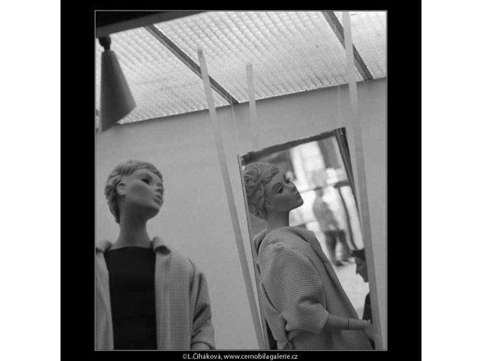 Figurina z výlohy v zrcadle (3120-2), žánry - Praha 1964 srpen, černobílý obraz, stará fotografie, prodej
