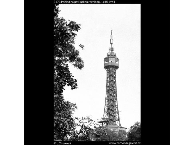 Pohled na petřínskou rozhlednu (3173), Praha 1964 září, černobílý obraz, stará fotografie, prodej