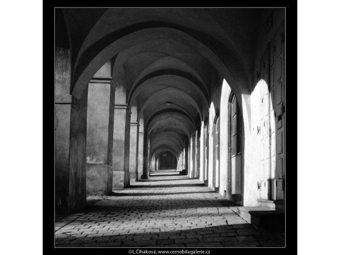 Průhled podloubím (560-1), Praha 1959 , černobílý obraz, stará fotografie, prodej