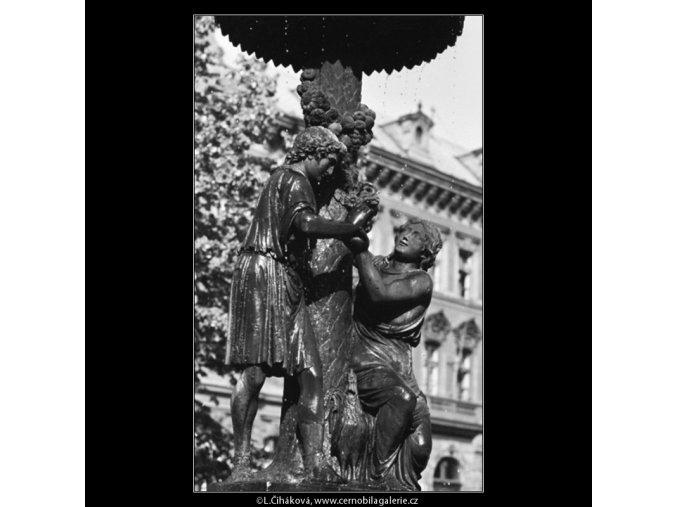 Empírová Wimmerova kašna (3198-1), Praha 1964 září, černobílý obraz, stará fotografie, prodej