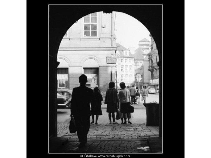 Průhled z domu (3199), Praha 1964 září, černobílý obraz, stará fotografie, prodej