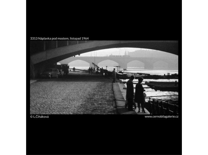 Náplavka pod mostem (3313), Praha 1964 listopad, černobílý obraz, stará fotografie, prodej