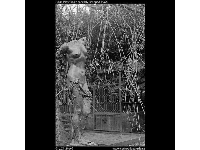 Plastika ze zahrady (3331), Praha 1964 listopad, černobílý obraz, stará fotografie, prodej