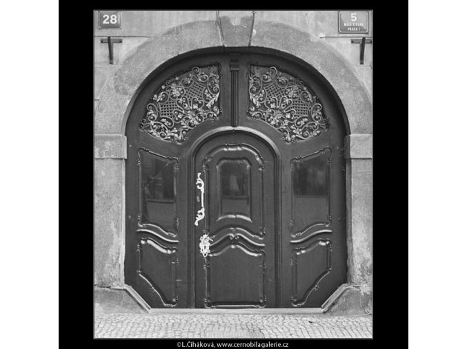 Dveře domu U kamenného stolu (3342), Praha 1964 listopad, černobílý obraz, stará fotografie, prodej