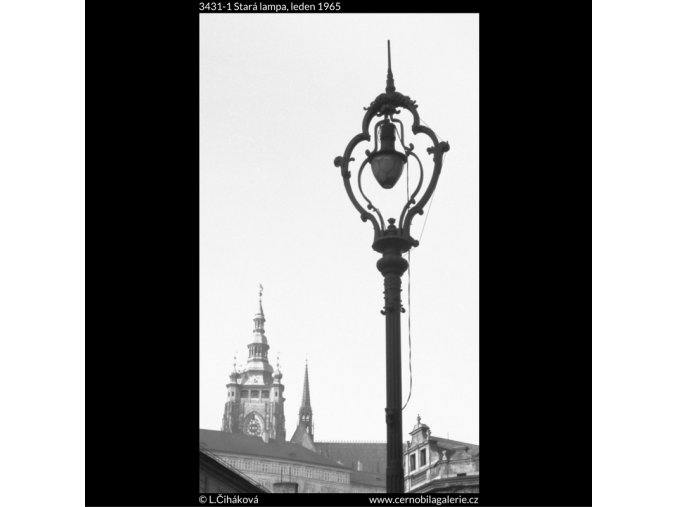 Stará lampa (3431-1), Praha 1965 leden, černobílý obraz, stará fotografie, prodej